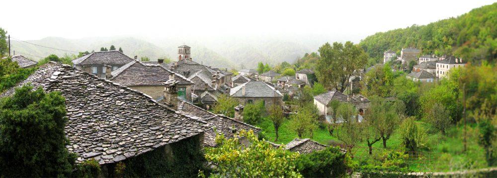 Βρεγμένες στέγες στο καταπράσινο Δίλοφο
