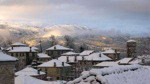 Δύση στο χιονισμένο Δίλοφο με φόντο την κορυφή Γκούρα τής Τύμφης