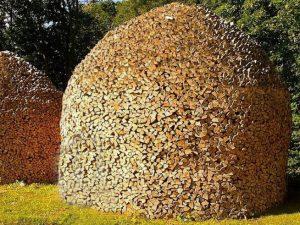 Έργο τέχνης από σκισμένα ξύλα σε στοίβα