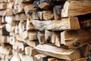 Στοίβα με ξύλα σε σπίτι στα Ζαγόρια