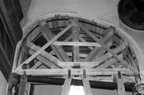 Παραμόρφωση τόξου στο εσωτερικό τής εκκλησίας