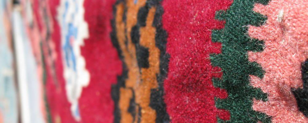 Η νεροτριβή ή ντριστέλα Το ετήσιο πλύσιμο κιλιμιών σε μία από τις νεροτριβές στο καλπάκι. Μάλλινα υφαντά και σκεπάσματα (φλοκάτες, χράμια, κουρελούδες, τσιόλια, μαλλιώτες, κάπες κλπ.) περιδινίζονται στον κάδο τής νεροτριβής οι στρόβιλοι τής οποίας συμπαρασλυρουν τα υφαντά στη δίνη τους