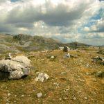 Πλάνητες λίθοι κοντά στην Γκαϊλότρυπα της Αστράκας
