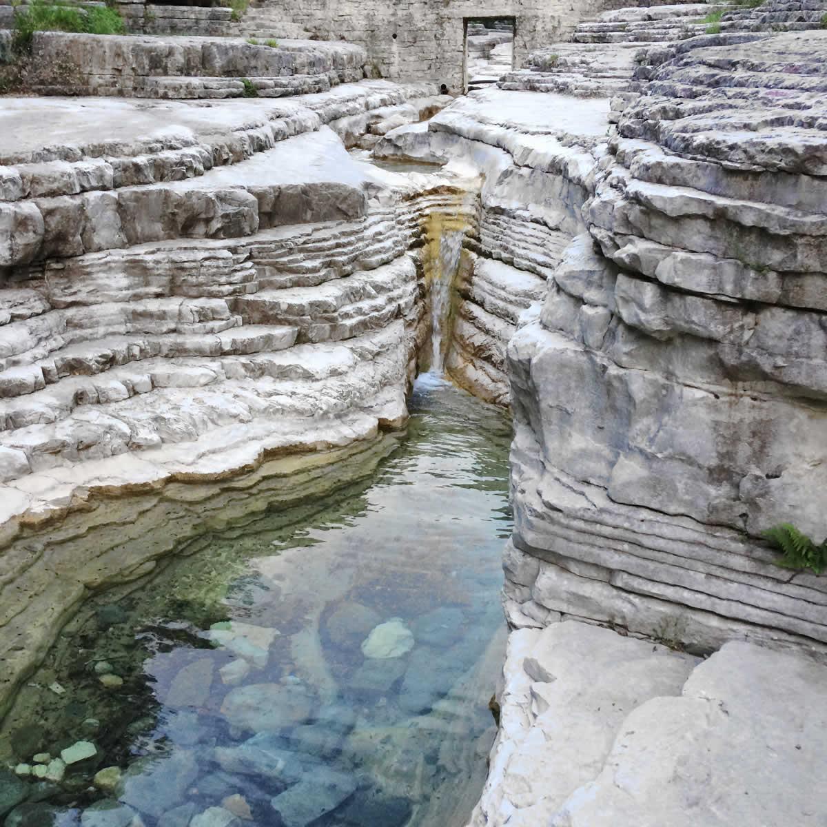 Οι «Οβίρες» ή «Κολυμπήθρες» είναι οι μικρές βάθρες - κοιλώματα μεταξύ μεγάλου και μικρού Πάπιγκου οι οποίες σχηματίστηκαν από τη φυσική ροή τού νερού τού ρέματος Ρογκοβού