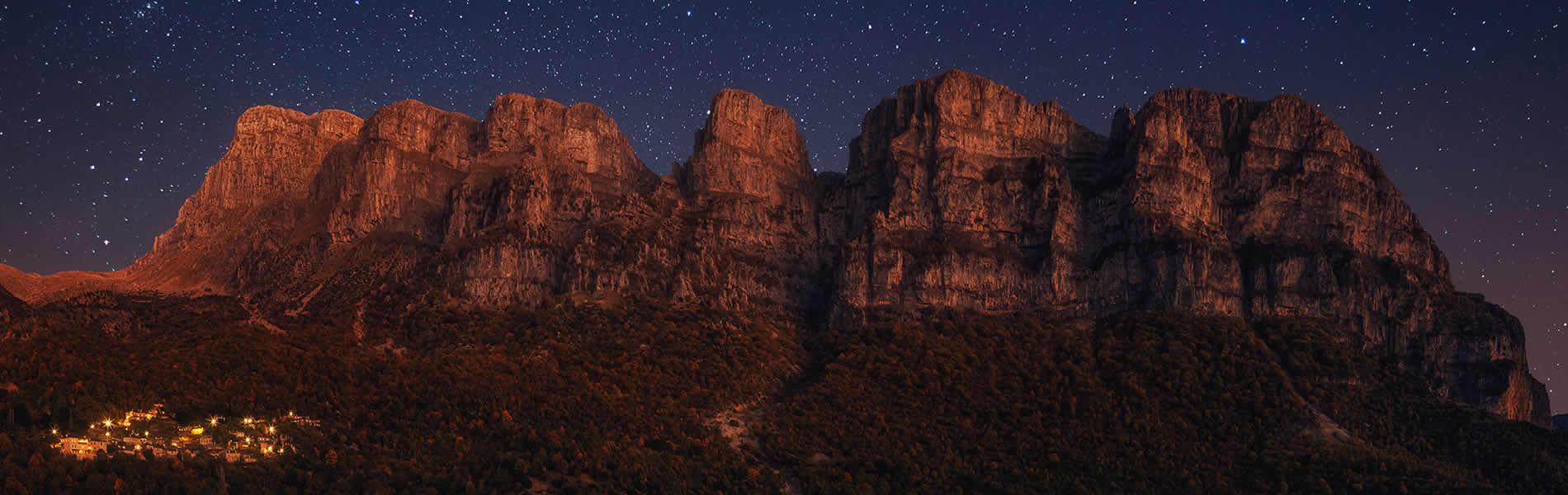αστροφεγγιά πάνω από τους πύργους του πάπιγκου στα ζαγοροχώρια